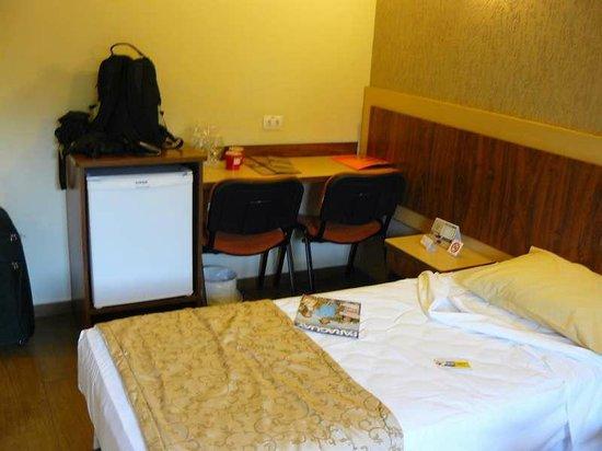 Nadai Confort Hotel & SPA: Frigobar, mesa y sillas