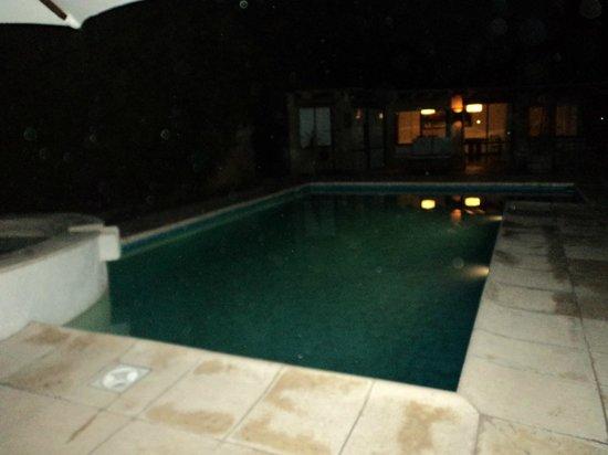 Lares De Chacras: Vistas piscina de noche