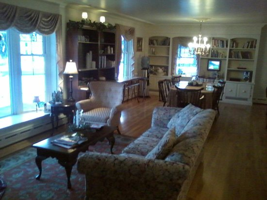Old Road Guest Home: living room, dining room