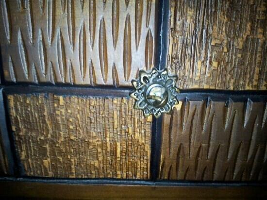 Meenakshi's Sunshine Hotel: Drawers with broken handles