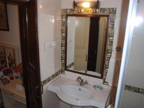 Dera Rawatsar: bathroom
