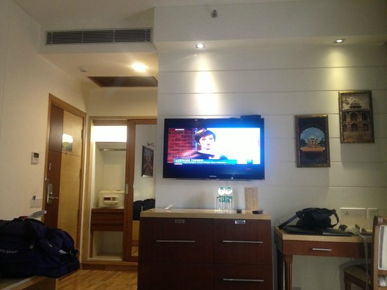 Hotel Jivitesh: Good size TV lots of movie channels