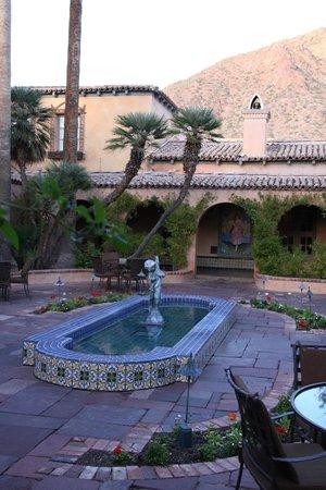 Royal Palms Resort and Spa: Courtyard near entrance