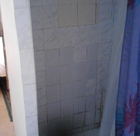 Hostal Thiers: Parches en la bañera sin monomando ni ducha teléfono
