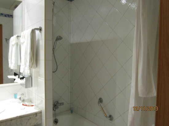 Saray Hotel : Old shower room with no blind