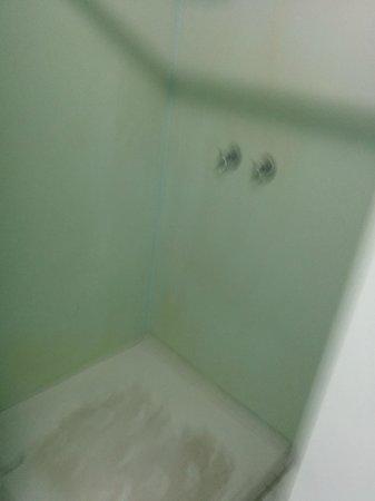 Highfield Private Hotel: Shower