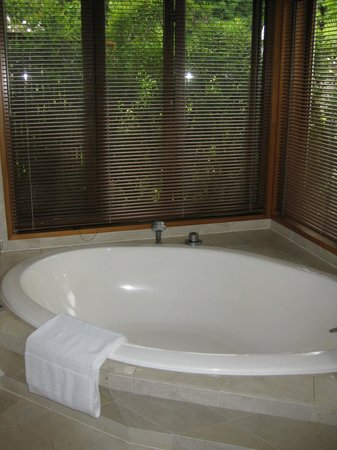 Moon Gate Villa: Soaker tub - divine