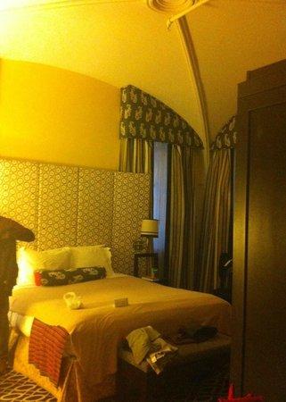 Kimpton Hotel Monaco Washington DC: corner bedroom - 1st / basement floor