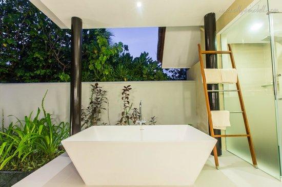 PER AQUUM Niyama Maldives: Massive Bath!