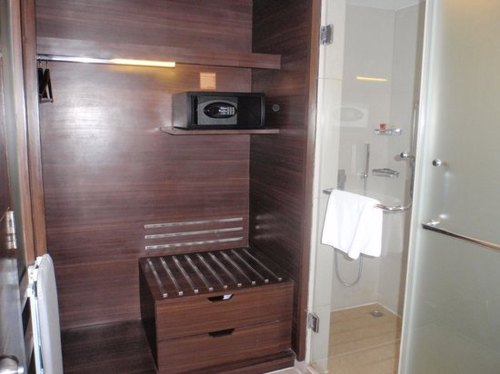 Four Points by Sheraton Ahmedabad: dressing room