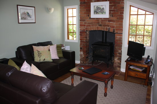 Westbury Gingerbread Cottages: Apple Tree Cottage - cosy lounge with gas log fireplace
