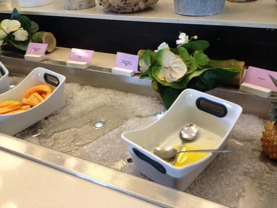 LUX* Saint Gilles: le buffet du petit dejeuner a 9heures et a 25€...