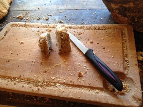LUX* Saint Gilles: le buffet du petit dejeuner , un reste de pain et meme pas un couteau a pain a 9h