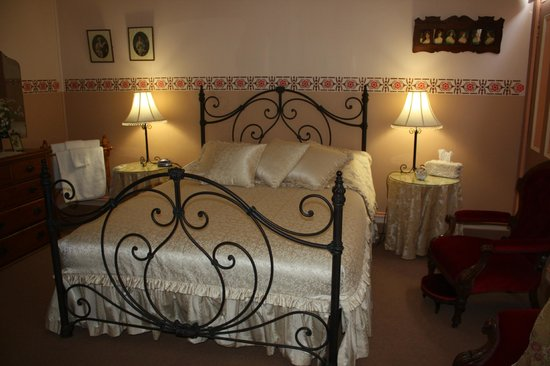 Westbury Gingerbread Cottages : Lovely heritage queen bed suite in The Old Bakehouse