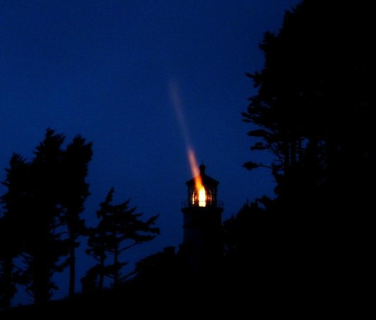 Heceta Head Lighthouse Bed and Breakfast: Walk to the light house at night it's magic!