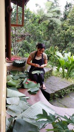 Sarinbuana Eco Lodge : Preparing banana leafs for Saturday night dinner