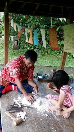 Sarinbuana Eco Lodge: Limestone carving workshop with Pak Ketut