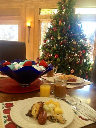 Creekhaven Inn: breakfast in the Christmasy lobby!