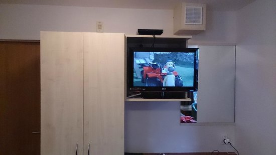 Bella Vista Motel Franz Josef Glacier: DVD placed right up high