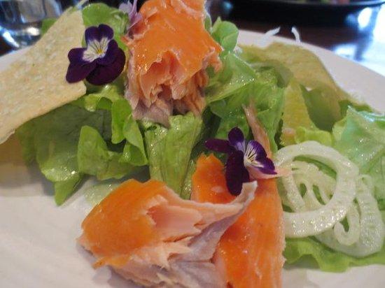 Fiddlesticks Restaurant & Bar: dissapointing salmon salad