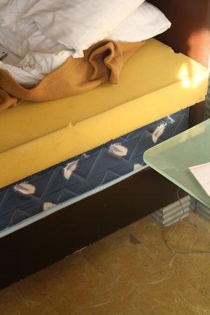 Deccan Plaza: 6 inch sponge + 12 inch mattress = an ok bed