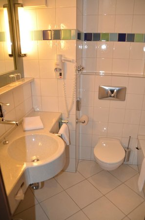 Mercure Hotel Muenchen Sued Messe: big bathroom