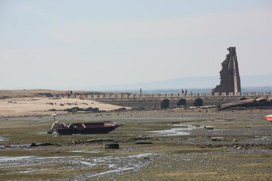 """Torre de San Sadurnino: Cambados - """"Praia A Mouta"""" en marea baja con la Illa da Figueira y la Torre de San Sadurniño"""