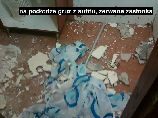 سي سايد هوتل: podłoga zasypana gruzem z oberwanego sufitu
