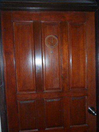 Chandee Guesthouse: ประตูมีรอยแตก ห้องไม่เก็บเสียง