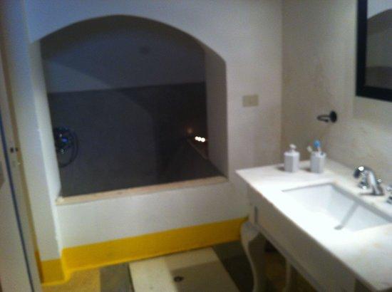 Palazzo Guglielmo Albergo Diffuso: la vasca idromassaggio ricavata nel vecchio camino