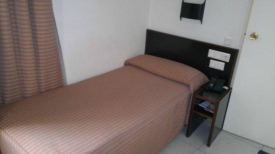 Hotel Medium Monegal: Кровать