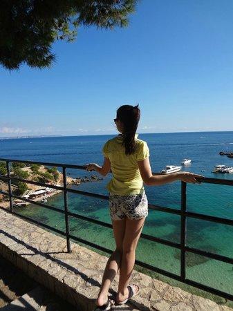 Salles Hotel Marina Portals: Прямо рядом с отелем очаровательная площадка и головокружительным видом на море. Внизу - пляж.