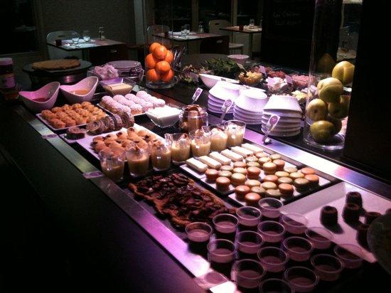 Campanile Lourdes : Buffet de dessert .