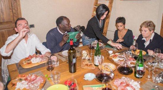 Agriturismo Montefabbrello : tavolata con taglieri di salumi e vino a go go