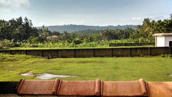 KTDC Pepper Grove Hotel: Pepper Grove lawn overlooking the mountain