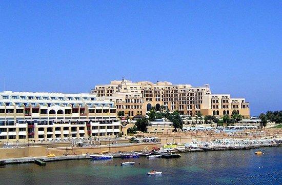 Marina Hotel Corinthia Beach Resort: Вид на отель с противоположной стороны