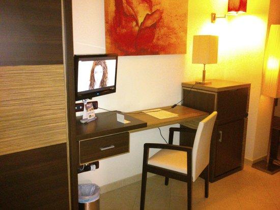 Set Da Scrivania Viola : Scrivania e tv picture of viola palace hotel villafranca tirrena
