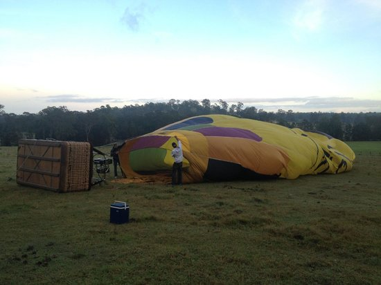Balloon Aloft Hunter Valley Day Tours: Setting up for the flight