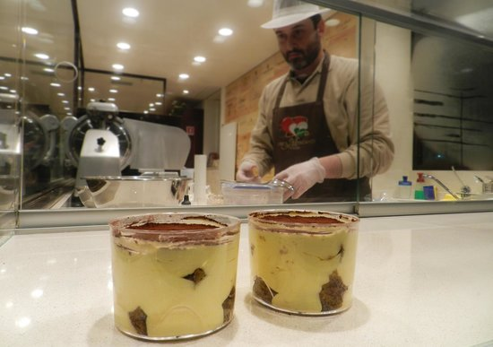 I Tre Mercanti : Roberto, The owner, preparing his famous Tiramisù
