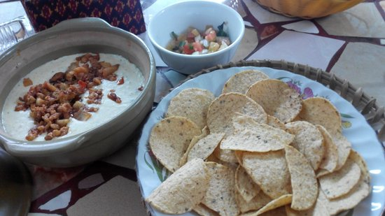Alley Cat Cafe: queso dip, chips & salsa