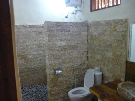 Merta Sari Bungalow : baño