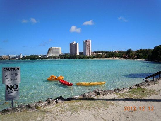 Hilton Guam Resort & Spa: ビーチからPICグアム方向を望む