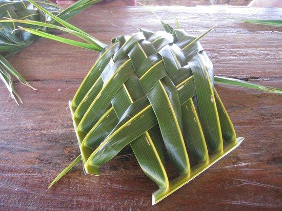 Aitutaki Punarei Culture Day Tour: Weaving your own plate