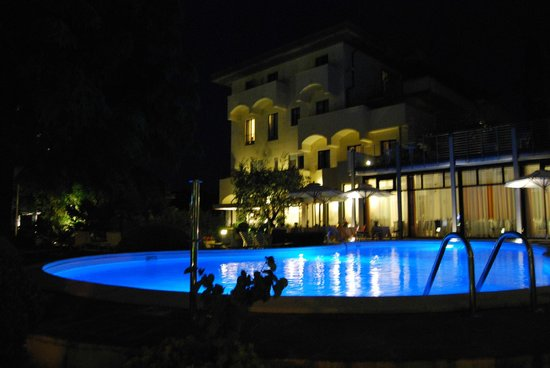 Hotel Piccola Vela : View from the far side of the pool in the evening
