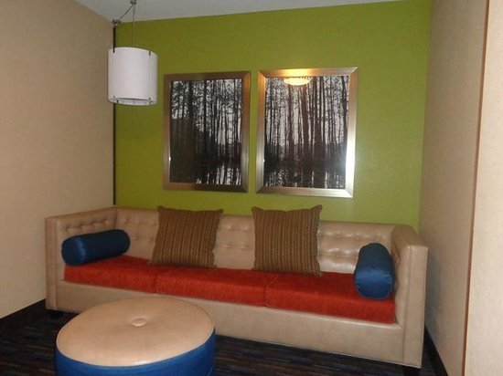 Holiday Inn Express & Suites Fulton : sitting area in room