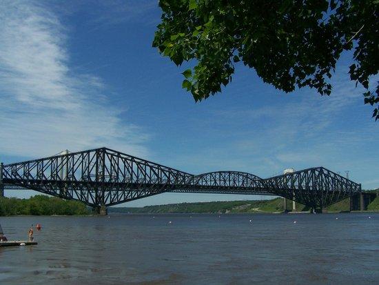 Parc de la Marina-de-la-Chaudiere: Vue magnifique sur les deux ponts de Québec