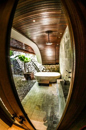 Alila Ubud: deluxe room outdoor bathroom
