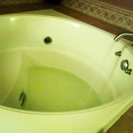 Mariposa Inn and Suites : Jacuzzi