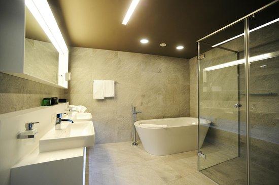 Adlers Hotel: ADLERS Badezimmer Suite
