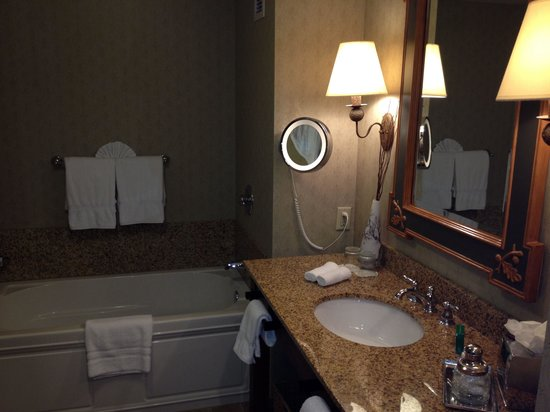 The Lodge and Spa at Callaway Gardens: Nice size tub